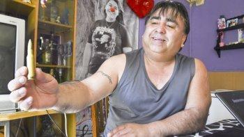 Ricardo Coliboro muestra un encendedor fabricado con una munición que dice que la policía le quiso secuestrar al pensar que se trataba de un proyectil.