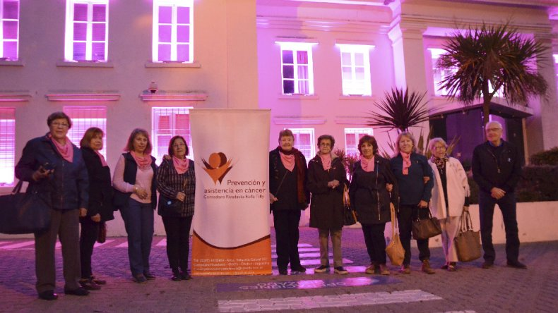 Iluminar los edificios en rosa es recordar la importancia de los controles para prevenir en el cáncer de mama