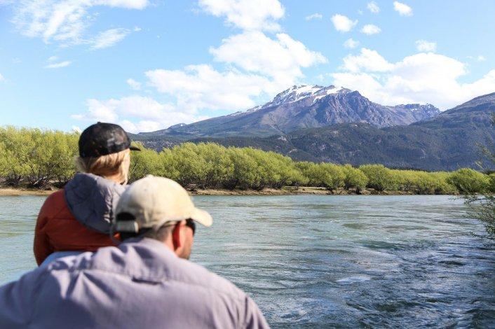 La belleza de los paisajes acompañan la noble actividad de liberación de la presa.