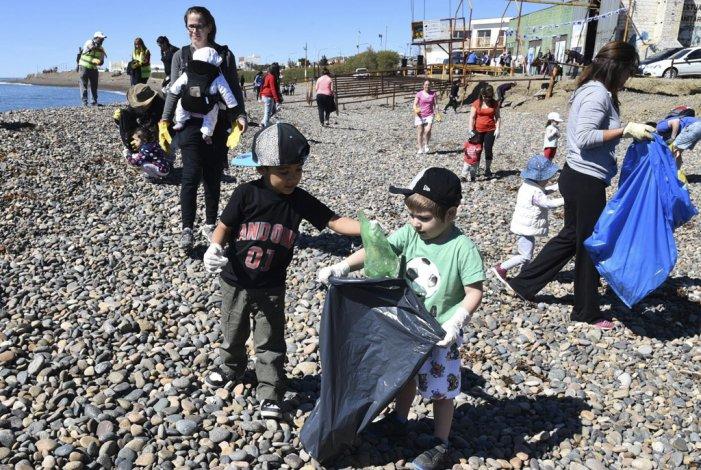 Niños de corta edad dieron el mejor ejemplo en la campaña de protección de medio ambiente. Acompañados por sus padres se sumaron a la tarea de bolseo liviano en la playa de pedregullo.