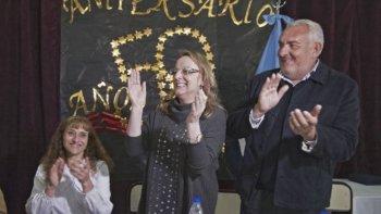 La gobernadora Alicia Kirchner estuvo acompañada en la mesa de cabecera por el presidente del Consejo de Educación, Roberto Borselli y la directora de la Escuela Rural 26, Olga Bernadis, entre otras autoridades.