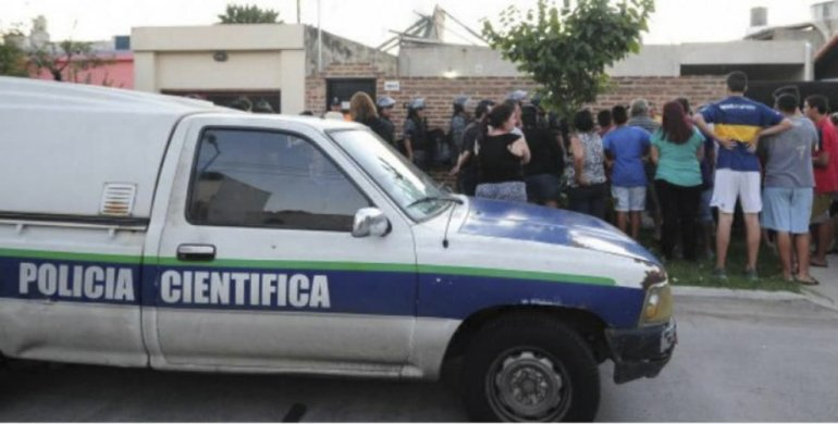 Habitantes de Rafael Calzada se aproximaron a la casa donde se produjo el homicidio que fue esclarecido por la Policía Científica.