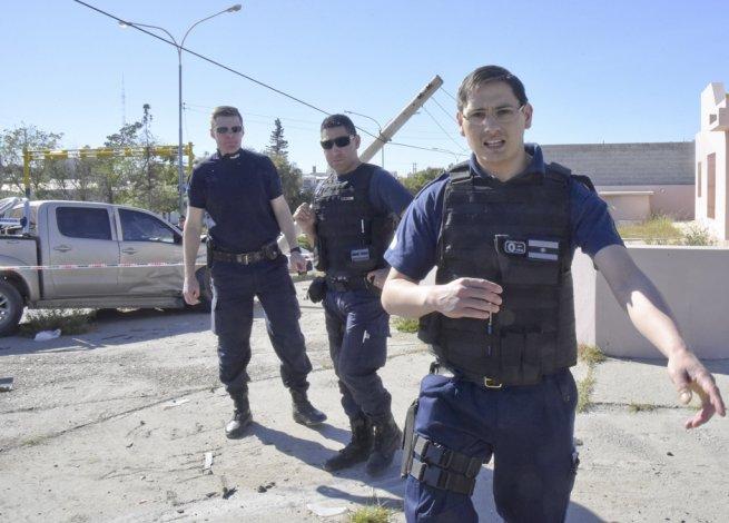 Policías en acción. Imagen de los agentes que intentaron impedirle al fotógrafo de este diario la cobertura del accidente.