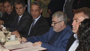 El gobernador el jueves 13 de octubre en Comodoro Rivadavia cuando firmó el compromiso de transferencia de fondos para esta ciudad, Sarmiento y Camarones.
