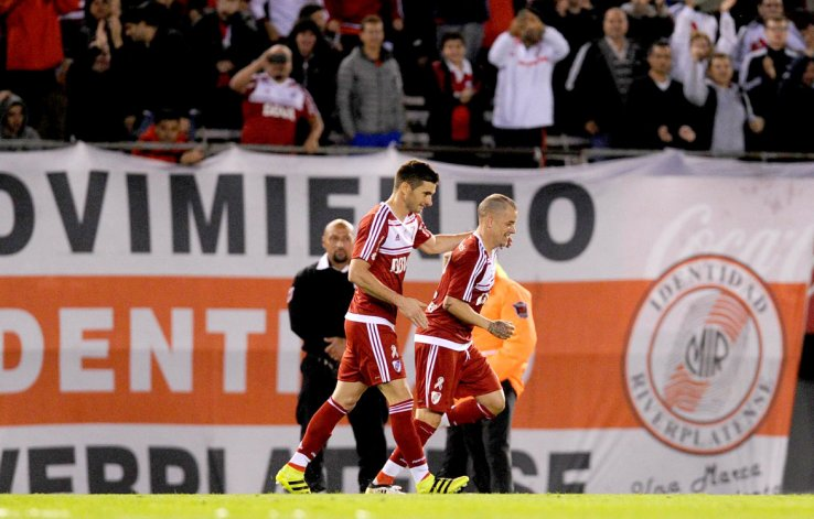 Andrés DAlessandro festeja su gol con Lucas Alario.
