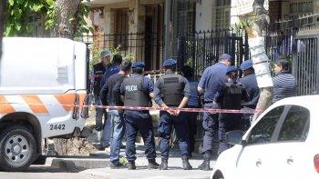 La policía trabaja en la vivienda donde se produjo el triple asesinato.
