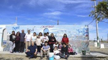Habitantes de Restinga Alí junto al artista Mariano Ponte reacondicionaron un mural que se encontraba ubicado entre la sede vecinal y la parroquia del barrio costero de Kilómetro 8.