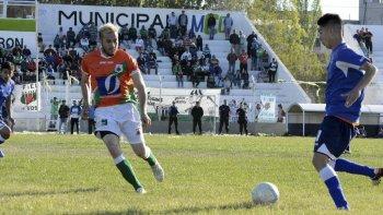 Luciano Contreras se lleva el balón marcado por Ariel DAugero en el partido que ayer Estrella Norte derrotó 2-1 a la CAI en Caleta Olivia.