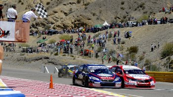 Los autos de Esteban Guerrieri y Facundo Chapur llegaron prácticamente juntos a la meta ayer en el autódromo de El Zonda.