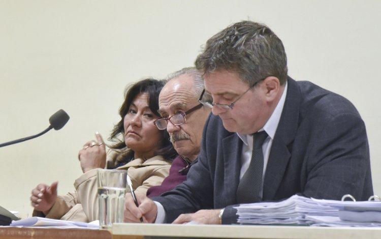 Los dos médicos imputados junto a su abogado defensor Miguel Criado.