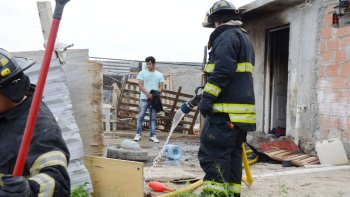 se incendio una vivienda en la floresta: dos dotaciones de bomberos debieron asistir