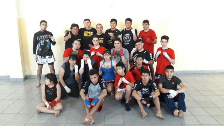 Luchadores de kick boxing del Ceferino y Pietrobelli junto a Gustavo Mazzuchelli.