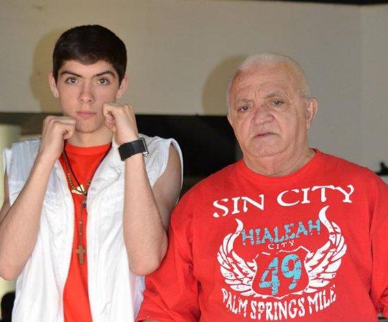 El joven boxeador Ezequiel Calderón junto al fallecido entrenador cubano Juan Fernández.