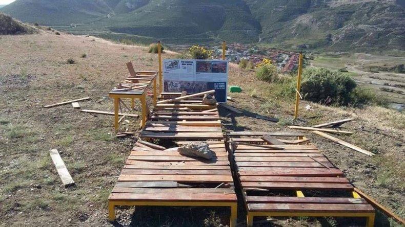 El mirador fue destruido apenas una semana después de haber sido colocado en el cerro para el disfrute comunitario.