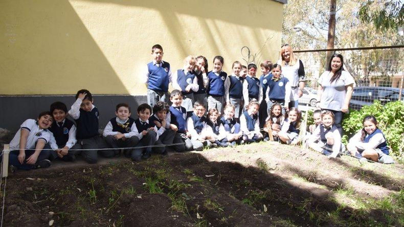 Los alumnos del 2° grado Rojo de la Escuela 1 montaron una huerta a partir de los saberes aprendidos en su proyecto ¿Cuánto sabemos de las legumbres? que defenderán en la Feria de Ciencia y Tecnología.