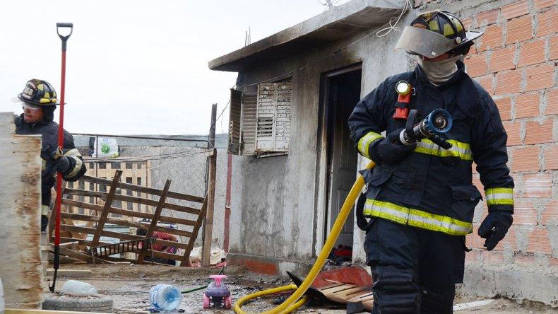La familia Quintana ayer quedó con lo puesto a causa de un incendio. Piden ayuda a la comunidad para volver a empezar.