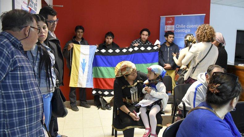 Integrantes de la comunidad mapuche-tehuelche de la zona sur de Chubut presentaron un escrito en el consulado chileno (foto)