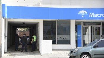 Los menores ayer vulneraron al parecer fácilmente la seguridad del banco, revisaron la línea de cajas y después escaparon.
