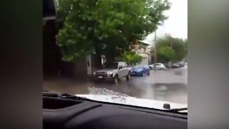 Arriba de su camioneta 4x4 se reían de los inundados