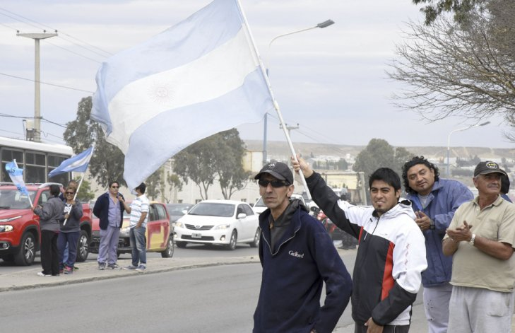 Ayer al mediodía los trabajadores se manifestaron al costado de la Ruta Nacional N° 3 recibiendo el apoyo de la comunidad.