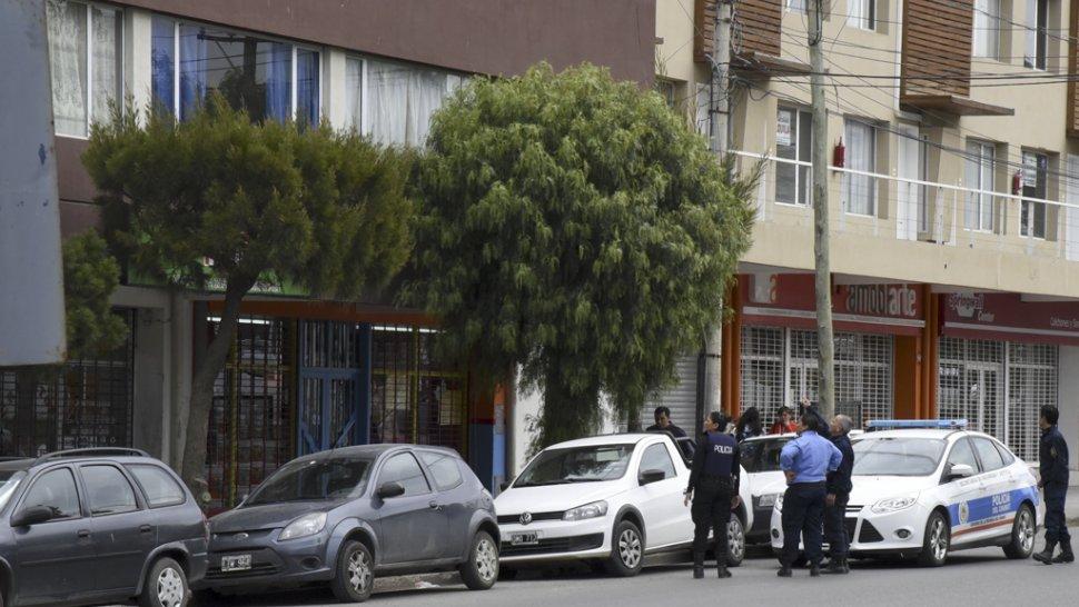 Efectivos de la Seccional Segunda y la Policía Comunitaria acudieron al lugar ante la extrema situación de peligro.