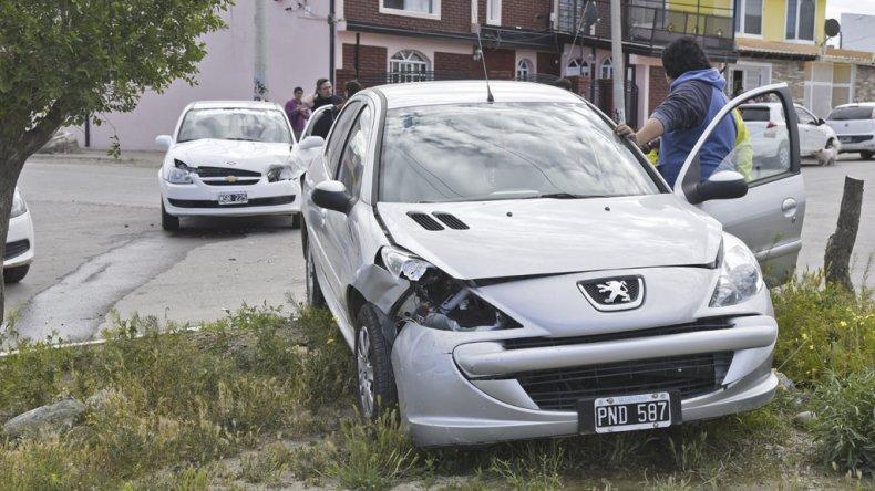 Tras el violento impacto el Peugeot quedó sobre el bulevar.