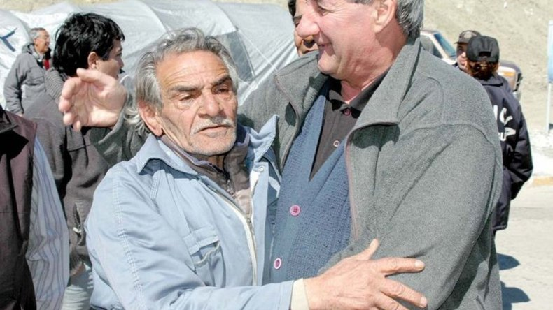 Los ex ypefianos aún esperan su pago: siguen riéndose de los viejos