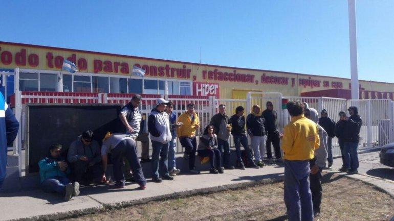Hipertehuelche: sin respuestas trabajadores cierran sucursales en Comodoro y Caleta Olivia