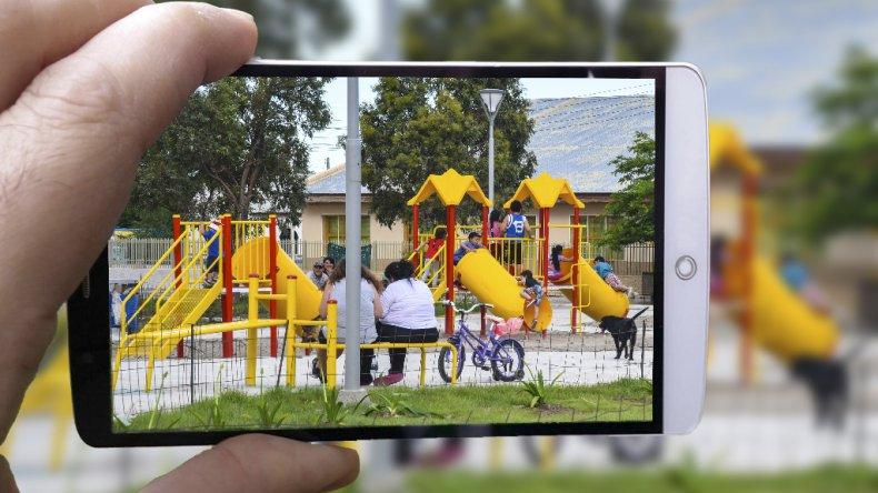 Alertan a padres y niños ante la presencia de un hombre que saca fotografías a menores de edad en las plazas y a la salida de la escuela.