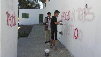 Un grupo de jóvenes decidió arreglar las pintadas que aparecieron ayer en la capilla María Auxiliadora del barrio Ciudadela.