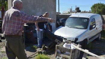 El propietario del taller, Hugo Regensburger, mostró con indignación algunos de los vehículos que fueron dañados por los vándalos. Entre ellos la Partner a la que también le sustrajeron dos cubiertas.