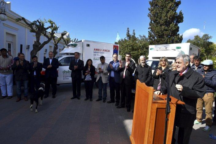 Las ambulancias entregadas ayer son mejores y 300.000 pesos más baratas que las que compraba la gestión anterior