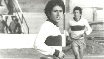 Miguel Maravilla Cardoso en acción, cuando con casi 15 años debutaba en la Primera de Newbery.