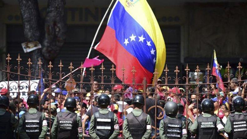 Crece la tensión en Venezuela a horas de la reunión con mediadores del Vaticano.