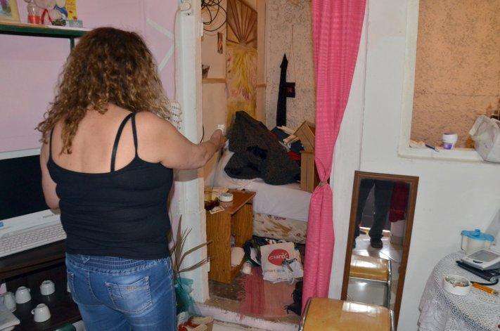 La denunciante muestra cómo quedó su casa luego del episodio vivido el miércoles.