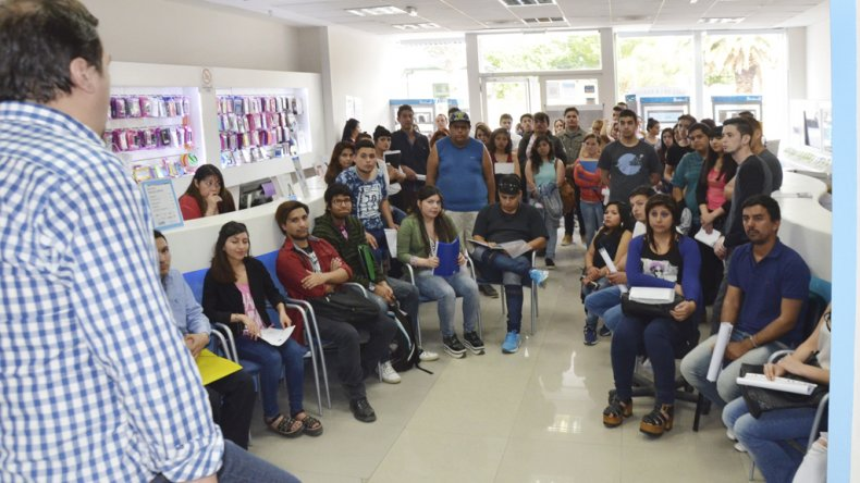 La convocatoria de la empresa Sim Móvil superó las expectativas de los encargados. Unas 300 personas se acercaron al local ubicado en San Martín 725 para dejar su currículum vitae.