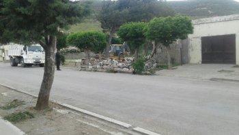 demolieron aguantadero situado frente a una escuela