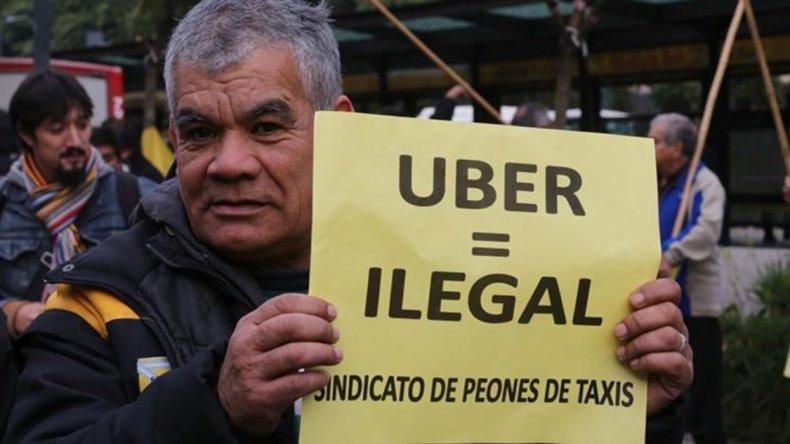 Taxistas realizaron una protesta bajo la consigna Fuera Uber