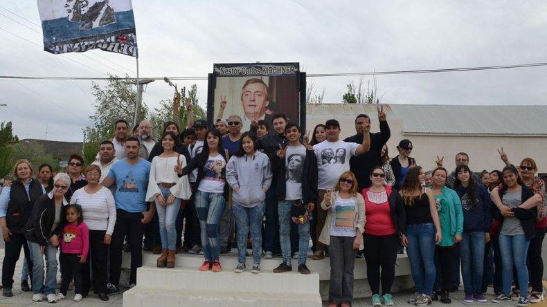 La comunidad de Cañadón Seco brindó su cálido homenaje al ex presidente Néstor Kirchner al cumplirse seis años de su fallecimiento.