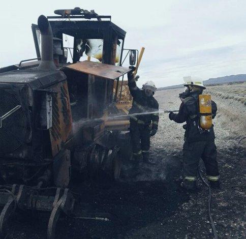 Bomberos de Pico Truncado llegaron en pocos minutos hasta el sitio donde se hallaba la motoniveladora dañada por el fuego.