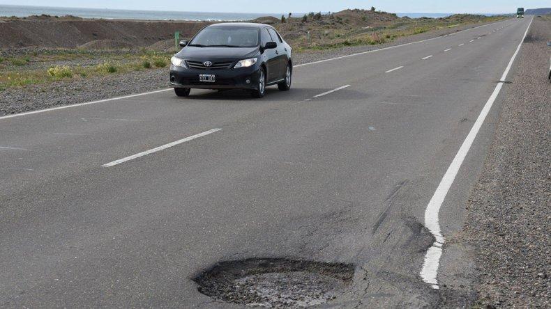 Este bache y la adicional deformación de la calzada se encuentran a unos 13 kilómetros al norte de Caleta Olivia