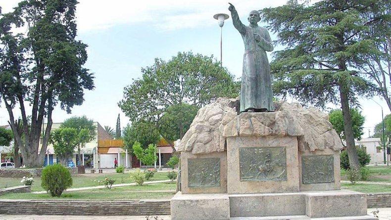 En la plaza central se encuentra la estatua que rinde honor al Cura Gaucho.