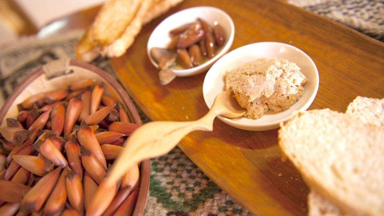 El piñón se utiliza tanto en platos dulces y salados y es base de la dieta de los pobladores.