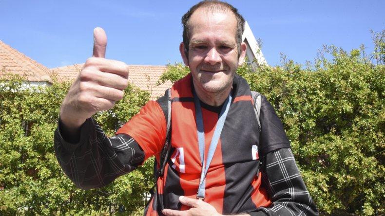 Oscar Cachito Cárdenas va a todos lados con su camiseta de Palazzo. Foto Martín Pérez