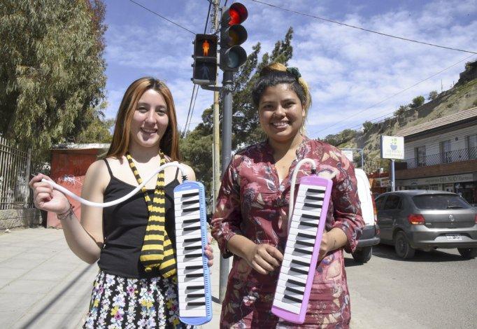 Laura y Gisel tocan música sobre la avenida Yrigoyen.