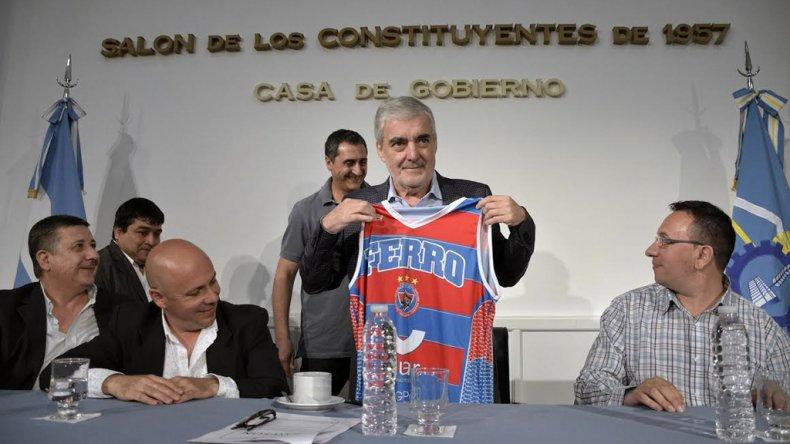 El gobernador Mario Das Neves posa con la camiseta de Ferrocarril Patagónico de Puerto Madryn.