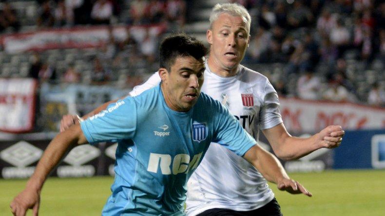 Marcos Acuña se lleva el balón marcado por Isarel Damonte en el partido jugado anoche en La Plata.