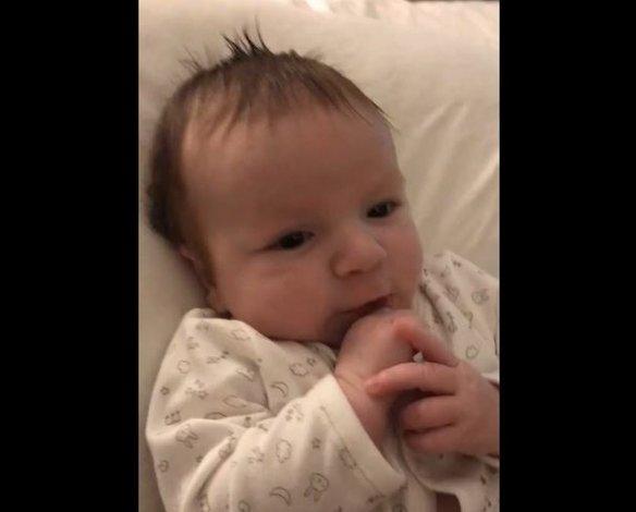 Un bebé sorprendió a su mamá: tiene dos meses y dijo hola