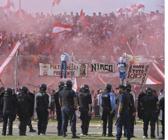 Policías frente a la tribuna de Huracán