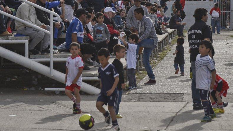 La tierna imagen de la tarde en la platea. Chicos de Newbery y Huracán jugando su partido.